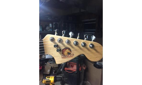 Big image mustang guitar 3